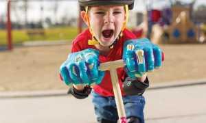 Как научить ребенка кататься на самокате: с какого возраста, с чего начать